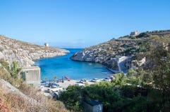 ` Sannat, Malta de TA - 8 de mayo de 2017: El ix-Xini de la playa y de Mgarr aúlla en la isla de Gozo en Malta Imagenes de archivo