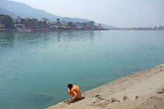 Sannyasa Sadhu domycie na Ganges Zdjęcie Stock