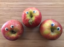 Sano creativo, concetto dell'alimento di divertimento, mele con gli occhi di Google immagini stock