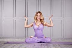Sano sexy della donna del vestito di yoga di sport Immagini Stock
