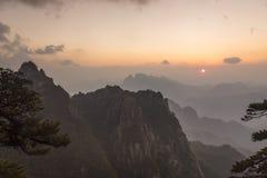 Sanqingshan-Gebirgssonnenunterganglandschaft Stockbilder