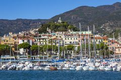 """Sanremo, †de Itália """"14 de novembro de 2017 - opinião do dia do mar com barcos e iate à cidade velha do La Pigna de Sanremo e fotografia de stock"""