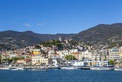 """Sanremo, †de Italia """"14 de noviembre de 2017 - opinión del día del mar con los barcos y los yates a la ciudad vieja del La Pign fotografía de archivo"""