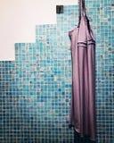 Sanremo, Italia, abril de 2019: camisón que cuelga en cuarto de baño del balneario imagenes de archivo