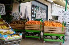 Sanremo, Italia, aprile 2019: venditore della frutta fotografie stock libere da diritti