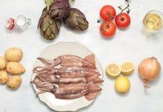 Sanremopijlinktvis met aardappels, artisjokken en olijventaggia Stock Foto