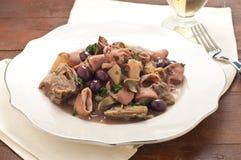 Sanremopijlinktvis met aardappels, artisjokken en olijventaggia Stock Afbeeldingen