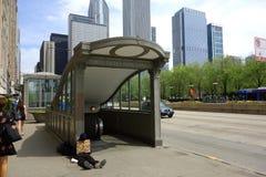 Sans-abri à la station de métro Image stock