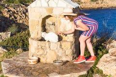 Sans-abri blanc et femme de chat jouant avec lui le concept de aide extérieur de mode de vie et d'amitié Image stock