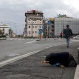 Sans-abri de femme plus âgée dans la rue Image libre de droits