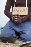 Sans-abri demandant l'argent sur la rue photo libre de droits