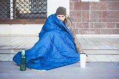 Sans-abri demandant la charité image libre de droits