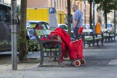 Sans-abri dormant sur un banc images libres de droits