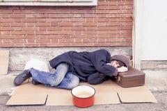 Sans-abri dormant sur un carton photos libres de droits