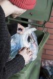 Sans-abri recherchant quelque chose dans les déchets Photo libre de droits