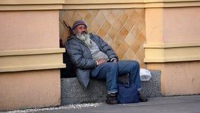 Sans-abri se reposant dans la rue image stock