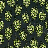 Sans couture avec des houblon Modèle de bière D'isolement sur un fond noir de tableau Style réaliste de bande dessinée de griffon Images stock