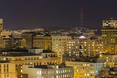 Den San Francisco Nob kullen och tvilling- nå en höjdpunkt på natten Royaltyfria Foton