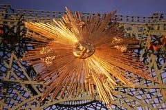 Sans Souci宫殿在波茨坦,德国 与金旭日形首饰的铁器 免版税库存照片