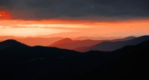 Sanset en montañas Fotografía de archivo libre de regalías