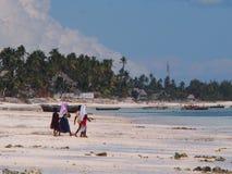 Sansibar-Einheimische, die heraus bei Ebbe zum Meer gehen Stockbilder