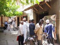 Sansibar-Einheimische lasen das Papier Stockbilder