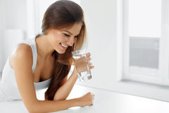 Santé, beauté, concept de régime Eau potable de femme heureuse boissons Images libres de droits
