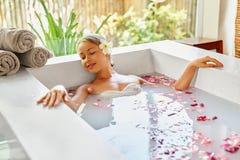 Santé, beauté Soin de corps de station thermale de femme Fleur de détente Rose Bath Photo stock