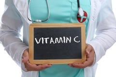 Santé de docteur de mode de vie sain de consommation de vitamines de vitamine C jeune Photo libre de droits