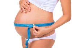 Santé des femmes enceintes Ventre de mesure de taille avec la bande de mètre Photos libres de droits