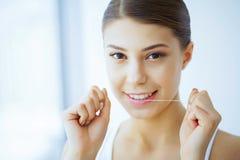 Santé et beauté La belle jeune fille avec les dents blanches nettoie Image libre de droits