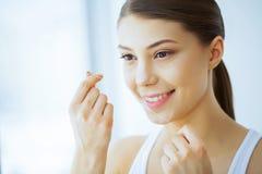 Santé et beauté La belle jeune fille avec les dents blanches nettoie Photographie stock