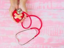 Santé et médical, amour et concept de valentine Coeur rouge sur W Photos stock