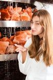 Jeune femme en caverne de sel d'une station thermale Photographie stock libre de droits