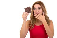 Santé, les gens, nourriture et concept de beauté - belle adolescente de sourire mangeant du chocolat photographie stock libre de droits