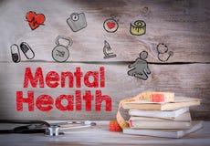 Santé mentale Pile des livres et d'un stéthoscope sur un fond en bois image libre de droits
