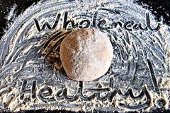 Santé naturelle et vie propre : pâte de pain complet photos stock