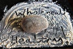 Santé naturelle et vie propre : pain cuit au four par maison de pain complet images libres de droits