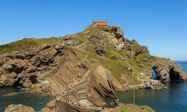 Sant胡安de Gaztelugatxe奇怪周围和偏僻寺院  库存照片