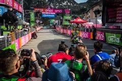 Sant Анна, Италия 28-ое мая 2016; Большое объятие между Alejandro Valverde и Giovanni Visconti, командой Movistar Стоковые Фото