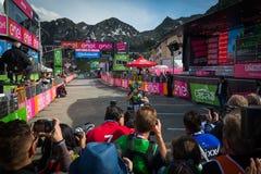 Sant Анна, Италия 28-ое мая 2016; Большое объятие между Alejandro Valverde и Giovanni Visconti, командой Movistar Стоковые Изображения
