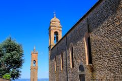 Sant ` Agostino Church en klokketoren van Palazzo-dei Priori in Mon stock fotografie