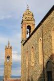 Sant ` Agostino Church en klokketoren van Palazzo-dei Priori in Mon royalty-vrije stock fotografie