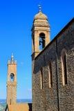 Sant ` Agostino Church en klokketoren van Palazzo-dei Priori in Mon stock afbeelding