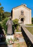 Sant Ambrogio kyrka i målarebyn Arcumeggia, Italien fotografering för bildbyråer