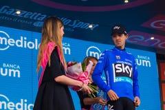 Sant Ana, Italia 28 de mayo de 2016; Mikel Nieve, equipo del cielo, en jersey azul en el podio después de ganar la clasificación  Fotografía de archivo
