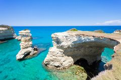 Sant Andrea, Apulien - Betrachten des enormen Höhlenbogens vom felsigen stockfotos