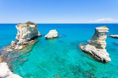 Sant Andrea, Apulien - entspannend am Strand der berühmten Klippen lizenzfreies stockfoto