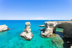 Sant Andrea, Apulien - Türkiswasser an den felsigen Klippen von San stockbild