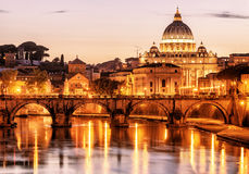 夜视图Sant'Angelo和圣彼得罗在罗马 库存图片